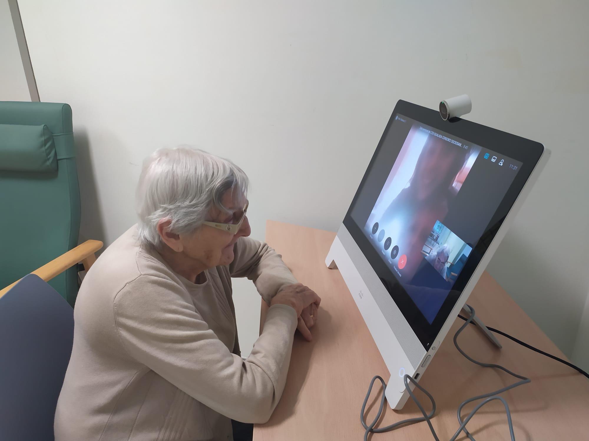 Hacemos posible que nuestros mayores se acerquen a sus familiares por videoconferencia.